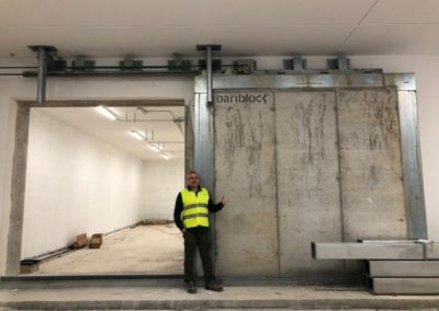 Bariblock pour le blindage d'un bunker pour essais non destructifs au moyen d'une porte en béton baryté
